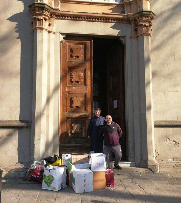 Parohia Firenze I alături de copiii nevoiași din România cu ajutoare de alimente, hăinuțe și încălțăminte
