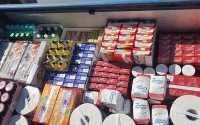 Alimente și produse de igienă personală dăruite de parohia Moncalieri la un dormitor din Torino